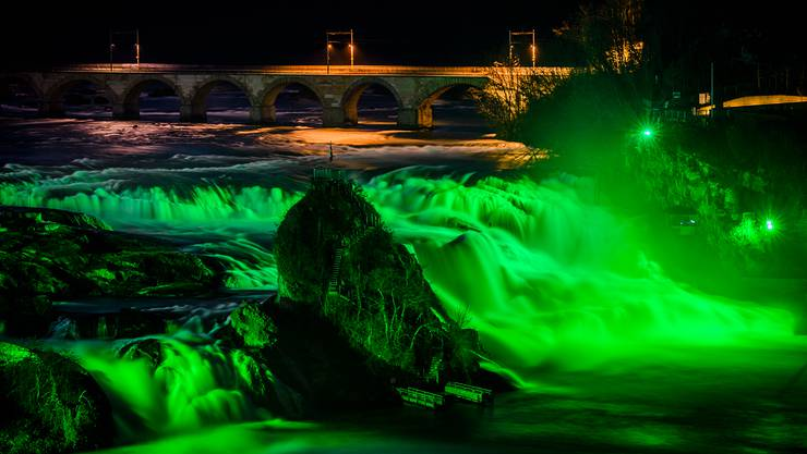 Der Rheinfall leuchtet zum St. Patrick's Day grün