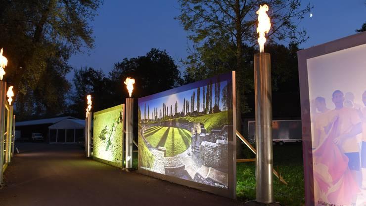 Die regionale Energieversorgerin IBB ist für den stimmungsvollen Eingangsbereich der Expo Brugg-Windisch 2018 zuständig. Am Dienstagabend war der Testlauf für die beleuchteten Bilder und die Fackeln.
