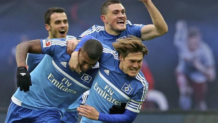 Hamburgs Matchwinner Kyriakos Papadopoulos ballt die Siegerfaust und jubelt mit den Teamkollegen über den Sieg bei RB Leipzig