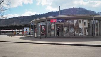 Automaten ersetzen Menschen: Nur noch bis Ende Juni können Bahnkunden am Schalter in Turgi Billette lösen. Die Mitarbeitenden werden weiterbeschäftigt.