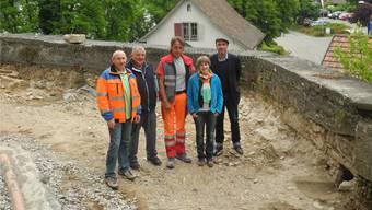 Rolf Keel, Roland Schnetzler, Ralph Huber, Cecilie Gut und Philipp Schneider (v.l.) auf der Weganlage mit erhaltenswerter Pflästerung, die bei der römisch-katholischen Kirche in Laufenburg entdeckt wurde.mf