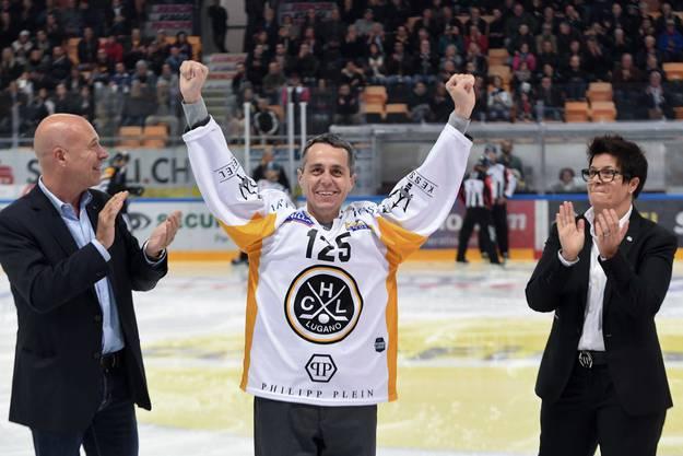 Nationalrat Fabio Regazzi (von links) mit Bundesrat Ignazio Cassis (im Trikot des HC Lugano) und Vicky Mantegazza, Präsidentin des HC Lugano.