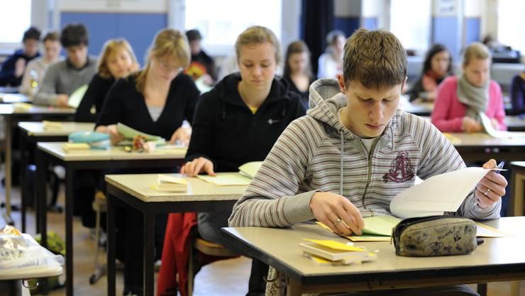 Die Leistungstests S2 und S3 verursachen nicht nur bei den Schülern rauchende Köpfe. (Symbolbild)