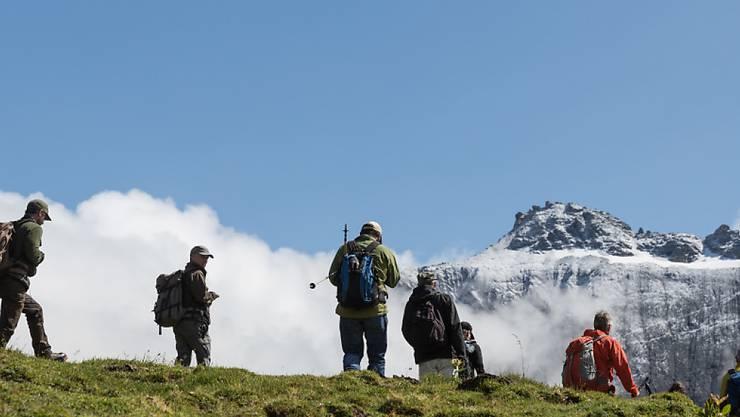 Auch im Sommer kann man beim Wandern noch auf Schneefelder treffen, die gefährlich werden können. Die Beratungsstelle für Unfallverhütung (bfu) rät, sich vor eine Tour über die Route zu informieren und die richtige Ausrüstung einzupacken. (Symbolbild)