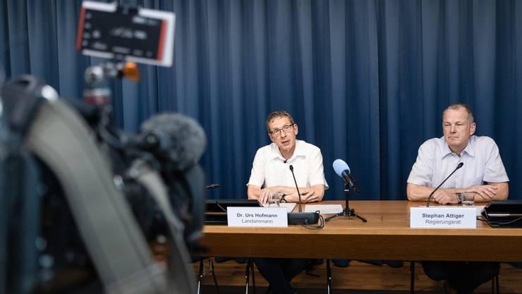 Die Regierungsrätin Franziska Roth tritt zurück – an der Medienkonferenz der Regierung sprechen Urs Hofmann und Stephan Attiger.