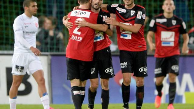 Die Aarauer feiern das 1:0 von Luca Radice (2.v.l.)