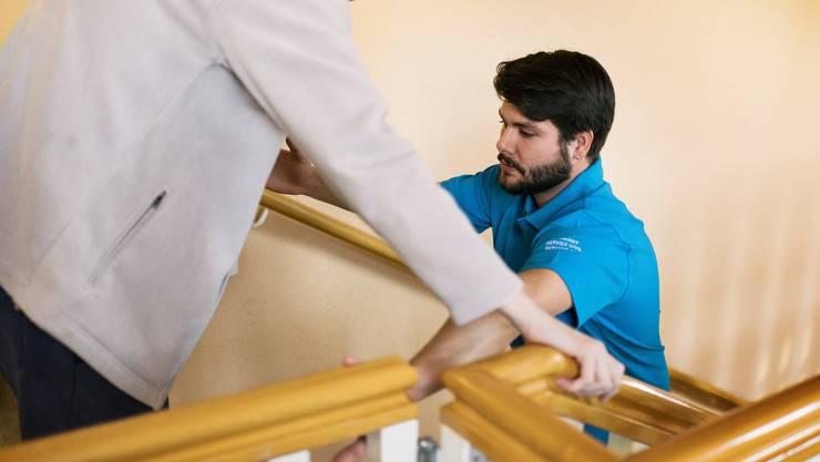 Zivildienstleistende können ihre Einsätze unter anderem im Gesundheitswesen leisten, in diesem Fall in der Bewegungstherapie.