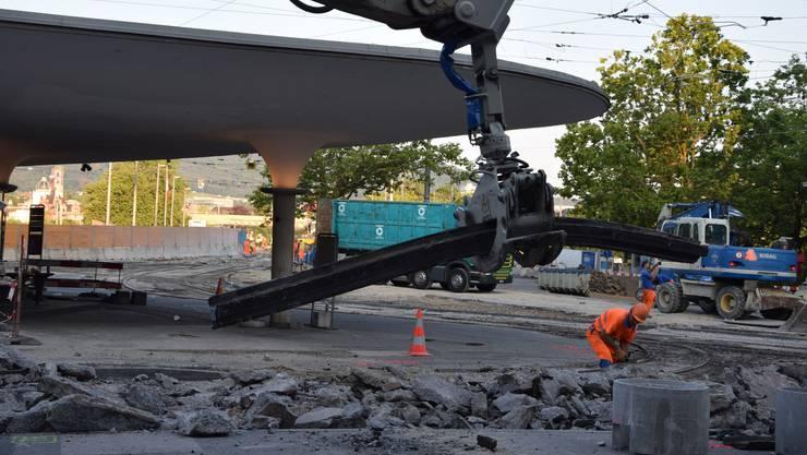 Die Tramgleise am Zürcher Bellevue werden herausgerissen