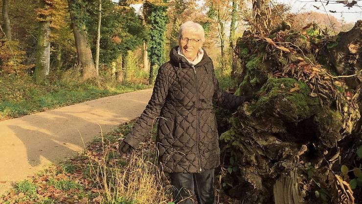 Susi Hongler an der Stelle am Kirchweg, wo der alte Mann im Graben lag.