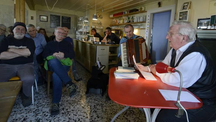 Peter Bichsel, der auf dem Ofenbänkli sitzt, wartete mit legendären transsibirischen Geschichten auf. Ben Jeger spielte seine Viktoria.