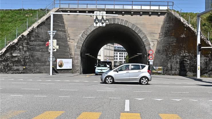 Die Kreuzung vor dem Rötzmatttunnel ist zu Spitzenzeiten heute schon überlastet und würde mit einer einspurigen Verkehrsführung im Tunnel rund 40 Prozent der Kapazität verlieren.