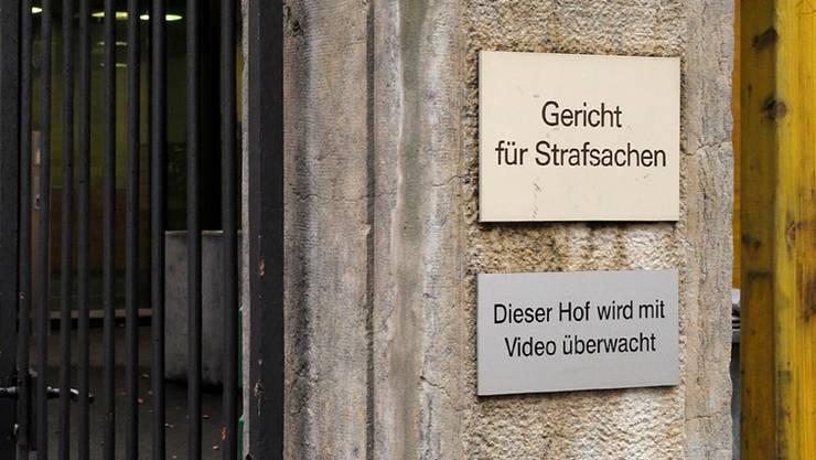 Wer trägt bei notorischen Klägern die Verfahrenskosten (im Bild das Basler Strafgericht)? Das ist umstritten.