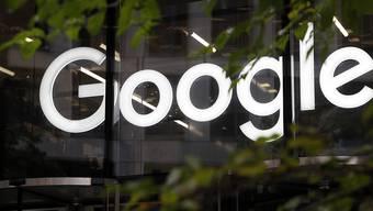 Der Gewinn des Google-Mutterkonzerns Alphabet ist im ersten Quartal aufgrund einer von der EU verhängten Milliardenstrafe eingebrochen. (Archivbild)