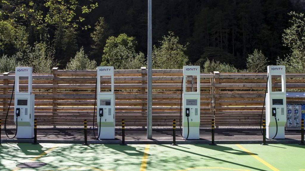 Im Gegensatz zu den Rastplätzen sind 24 Raststätten bereits mit E-Tankstellen ausgerüstet, wie zum Beispiel die Gotthard Raststätte an der A2 in Erstfeld. (Archivbild)