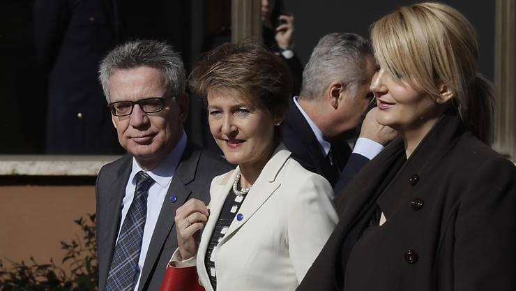 Bundesrätin Sommaruga (Mitte) am Flüchtlingsgipfel in Rom, mit Deutschlands Innenminister Thomas de Maizière und der slowenischen Innenministerin Vesna Gyoerkoes Znidar.