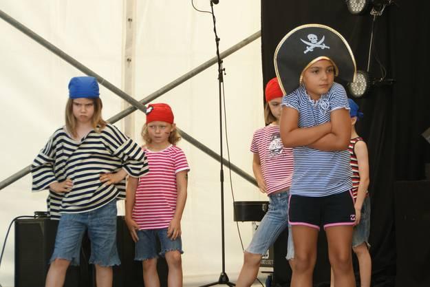 Piraten schauen böse  Die Erstklässler setzten das Piratenlied anschaulich in Szene
