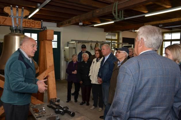 Senior Chef Gerhard Spielmann führte die Exkursionsgruppe der reformierten Kirchgemeinde Schlieren in die Geheimnisse des Glockenstimmens ein.