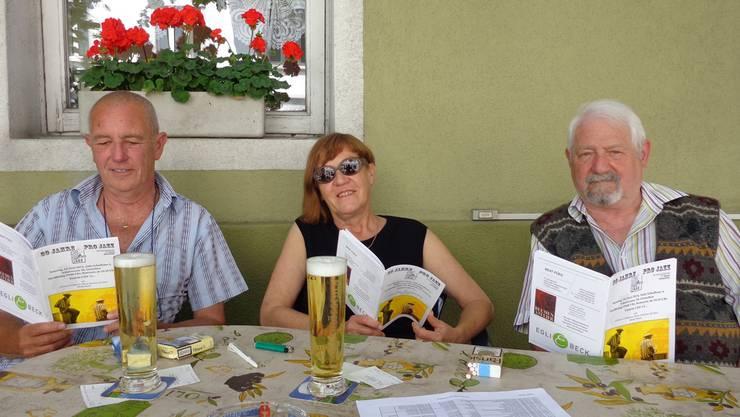 «Relaxed» wie eh und je: die Gründungsmitglieder Pierre Amez-Droz, Therese Frei und Willy Zürcher (von links) mit dem Jubiläums-Programmheft.