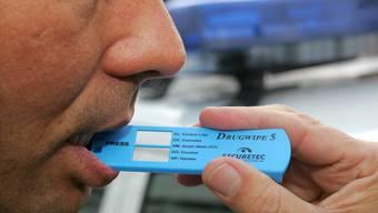 Wenn ein Drogenschnelltest positiv ausfällt, wird noch eine Blutprobe analysiert. Für diese Zeit muss im Kanton das Billet abgegeben werden. (Symbolbild)