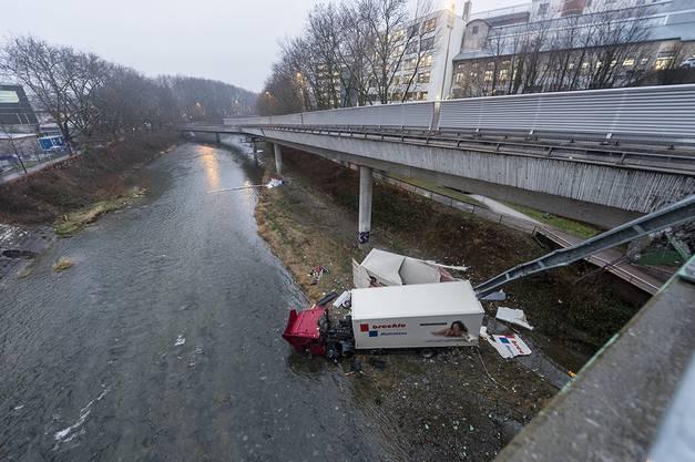 Ein 51-jähriger Chauffeur fuhr gegen 15.45 Uhr mit seinem Lastwagen auf mehrere Fahrzeuge auf. Anschliessend rollte der Lastwagen auf das Brückenende zu, durchschlug eine Mauer und stürzte rund 25 Meter in die Tiefe.