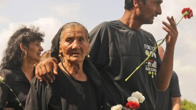 Trauernde Roma nach Angriffen von Rechtsradikalen 2009