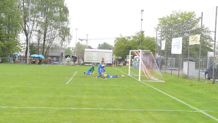 Engstringens Patrick Meier (im blauen Trikot) erzielt kurz nach der Pause das 2:0.