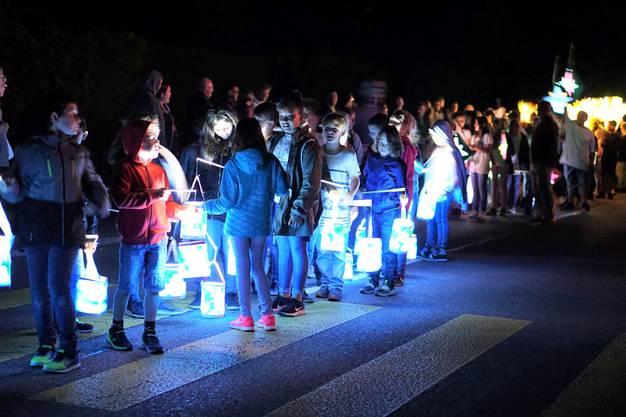 Der Laternenumzug am Freitagabend zog viele Zuschauer an und war einer der Höhepunkte des Jugendfestes.