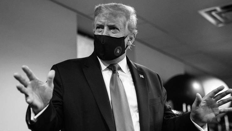 Trump mit Maske.