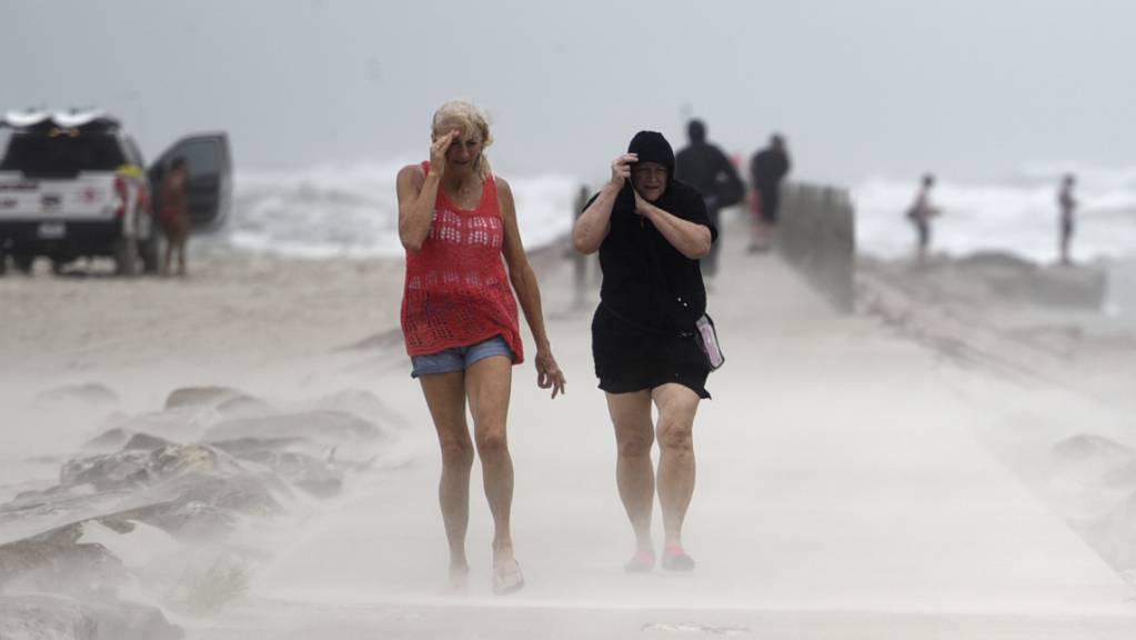 dpatopbilder - Tropensturm Nicholas hat in der Nacht zum Dienstag die Küste des US-Bundesstaats Texas erreicht. Foto: Annie Rice/Corpus Christi Caller-Times via AP/dpa - ACHTUNG: Nur zur redaktionellen Verwendung und nur mit vollständiger Nennung des vorstehenden Credits