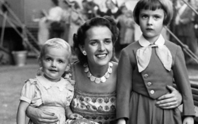 Pierrette Knie-Dubois mit ihren Söhnen Fredy jun. (r) und Rolf im Jahr 1951