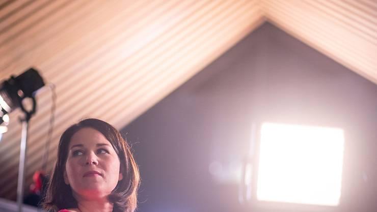 Annalena Baerbock, Bundesvorsitzende von Bündnis 90/Die Grünen, blickt am Rande eines Fernsehinterviews beim digitalen Bundesparteitag der Grünen in die Veranstaltungshalle. Foto: Kay Nietfeld/dpa