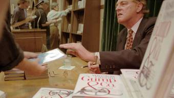 ARCHIV - Winston Groom, Schriftsteller, der durch seinen Roman «Forrest Gump» bekannt wurde, signiert ein Exemplar seines Buches «Gump  Co». Winston Groom ist tot. Er starb am Mittwochabend (Ortszeit) in seiner Heimatstadt Fairhope im US-Bundesstaat Alabama. Foto: Anders Krusberg/AP/dpa