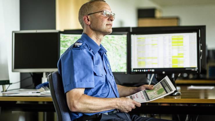 An diesem Arbeitsplatz beginnt der Kampf gegen die Einbrecher: André Gloor, Dienstchef des Lage- und Analysezentrums vor     dem Computer, an dem Precobs getestet wird.