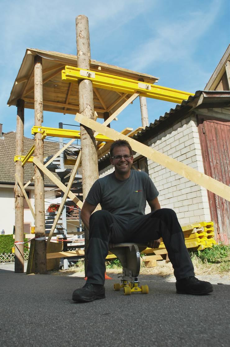 Für das Dorffest haben Adrian Bucheli und seine Kollegen den alten «Einbeiner» adaptiert. Dank Rollen kann auch im Sommer damit gefahren werden.
