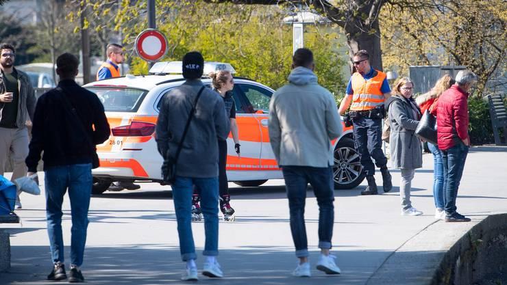 Halten sich die anderen auch an die Regeln? Die Polizei kontrolliert Spaziergänger auf den Strassen.