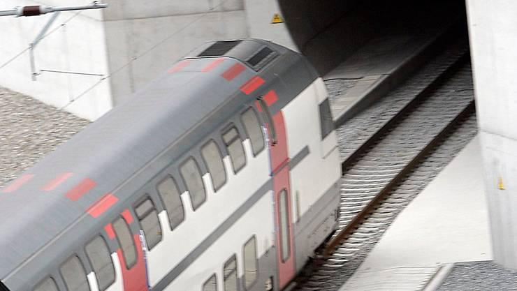 Der erste Zug fährt am 15. Juli 2007 durch den neuen Lötschberg-Basistunnel zwischen den Kantonen Bern und Wallis.