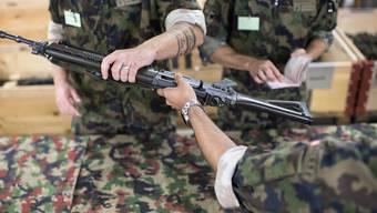 Wer bei der Entlassung aus der Armee nicht alle Diensttage geleistet hat, muss zahlen. Im Bild: Angehörige der Armee geben ihre Waffen ab. (Archivbild)