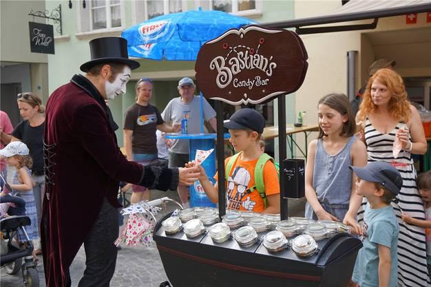 Pantomime Bastian ist mit seinen Süssigkeiten bei den Kindern besonders beliebt.