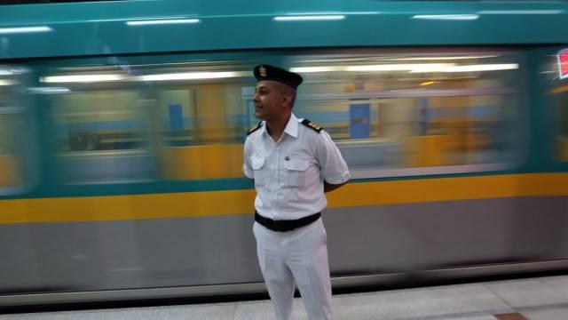 Ein Polizist in einer Metrostation in Kairo (Archiv)