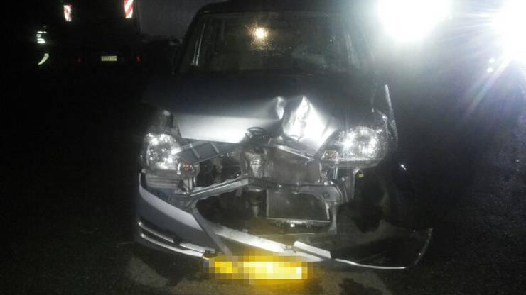 Ein aus einem Ausstellplatz herausfahrender Lenker eines Personenwagens wollte zwischen den stehenden Fahrzeugen hindurch auf die Landstrasse einbiegen.