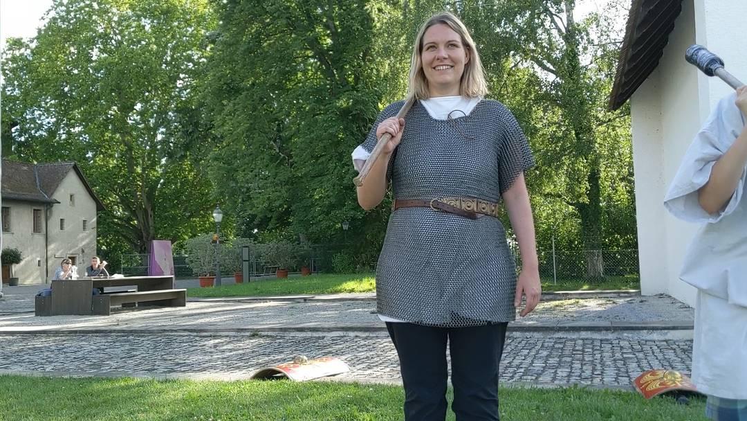 Gar kein Zuckerschlecken: Redaktorin Janine Müller versucht das Römerleben in Vindonissa
