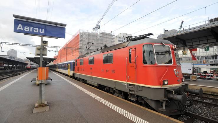 Bahnhof Aarau: Der Regio-Express rollt mit veralteten Wagen, neue Doppelstöcker sind bestellt, werden aber erst im Dezember 2012 geliefert. (Emanuel Freudiger)