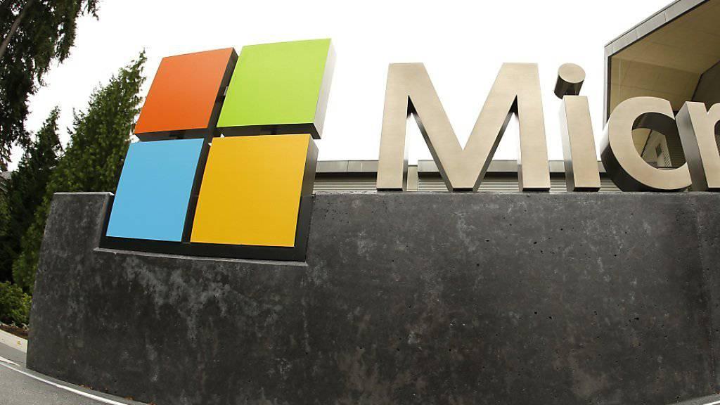 Microsoft-Logo vor einem Besucherzentrum in Seattle: Der Softwareriese trennt sich nach jüngsten Angaben von rund vier Prozent seiner Angestellten. (Archivbild)
