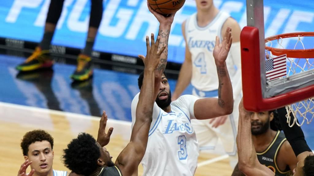 Lakers-Star Anthony Davis (am Ball) wirbelt durch die gegnerischen Reihen