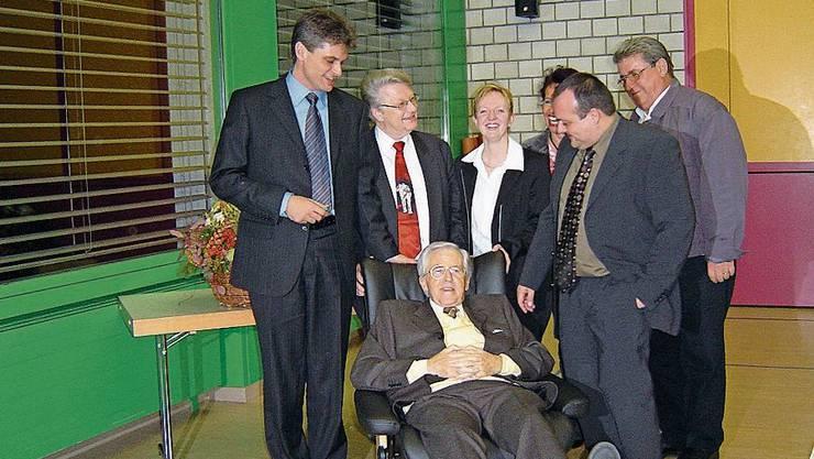 2003: Joe Schüpfer wurde von seinen Rats- und Verwaltungskollegen mit einem Stressless-Sessel verabschiedet.