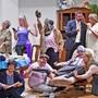 Die Theatergruppe Hägendorf-Rickenbach mit Regisseurin Nieves Gámez (unten links) zeigt auf dem Bild Einzelszenen aus ihrem Lustspiel «Bes doch ned so dumm!».