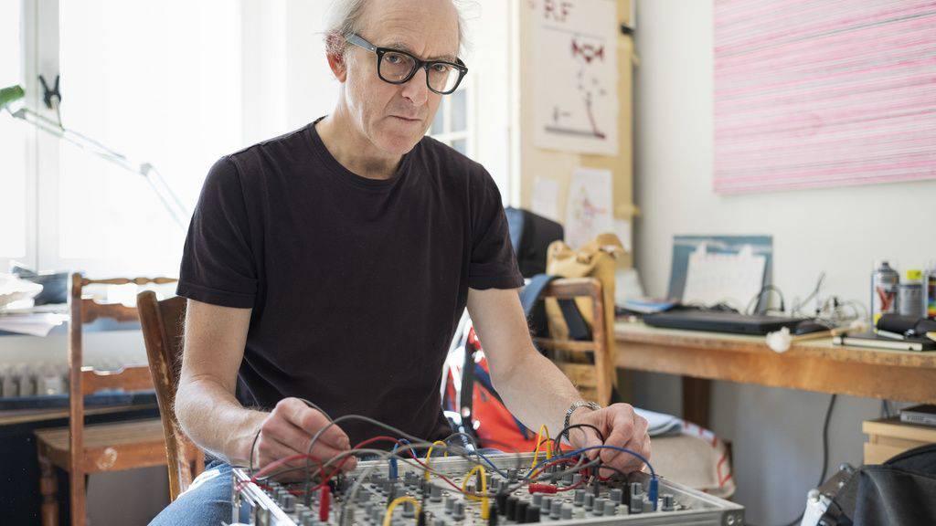 Der Musiker Jason Kahn erforscht unter anderem die Grenzbereiche des stimmlich Möglichen. Daneben widmet er sich der Erforschung von Klangräumen, durch die er sich im Alltag bewegt.