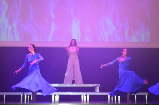 Mariella Farré singt und tanzt zu Girl on fire.