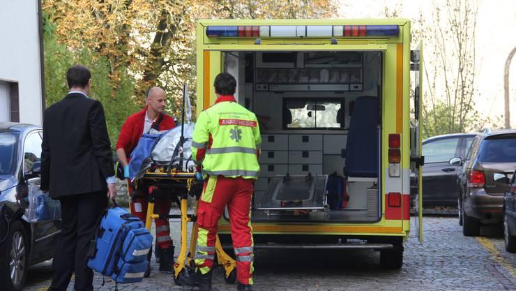 Der Angeklagte wird mit der Ambulanz abtransportiert. (AHU)