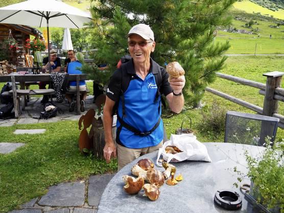 Fritz Hausherr freut sich über die gefundenen Pilze